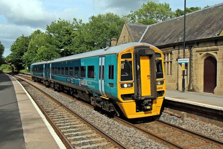 800px-Arriva_Trains_Wales_Class_158,_158818,_Ruabon_railway_station_(geograph_4024571)