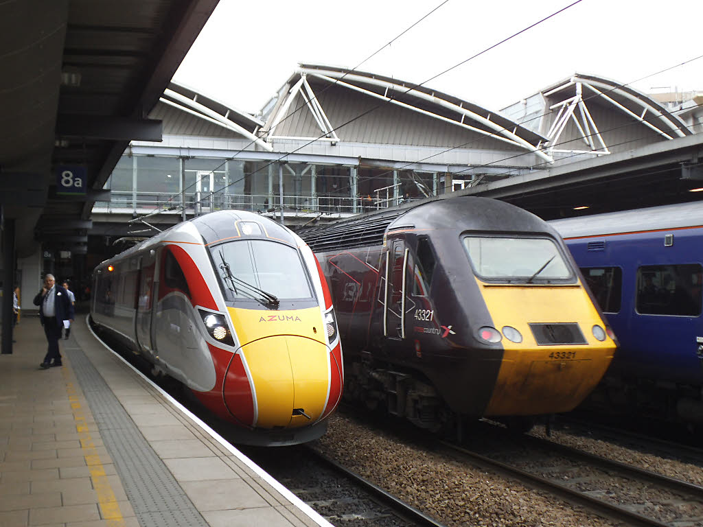 Azuma_and_HST_at_Leeds_station_(geograph_6187255)